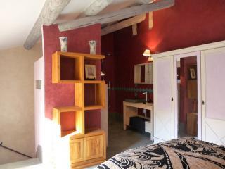 L'armoire est repeinte assorties aux murs.