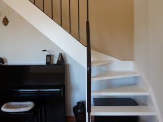 Escalier en laque mate. Ferronnerie couleur calamine.