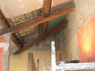 la salle de bain avant : 2 poutres anciennes ajoutées pour alléger la portance dû à la démolition partielle de la cloison.