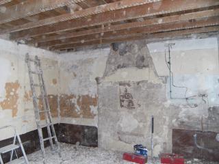 le salon avant : Démolition d'une cheminée sans interêt, d'un vieux plafond en lattis/plâtre, soubassement en peinture au plomb.
