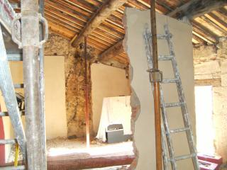 la chambre avant. Démolition partielle de la cloison, du conduit de cheminée et du faux plafond du 19°.